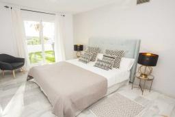 Спальня. Испания, Новая Андалусия : Фантастические апартаменты расположены в городе Марбелья. Включают 3 светлых спальни с прямым выходом на террасу.