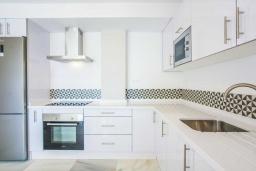 Кухня. Испания, Новая Андалусия : Фантастические апартаменты расположены в городе Марбелья. Включают 3 светлых спальни с прямым выходом на террасу.