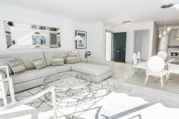 Гостиная / Столовая. Испания, Новая Андалусия : Фантастические апартаменты расположены в городе Марбелья. Включают 3 светлых спальни с прямым выходом на террасу.