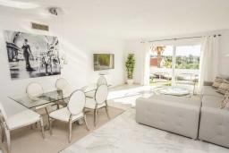Обеденная зона. Испания, Новая Андалусия : Фантастические апартаменты расположены в городе Марбелья. Включают 3 светлых спальни с прямым выходом на террасу.