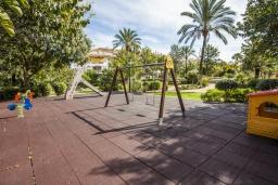 Детская площадка. Испания, Марбелья : Хорошо расположен в семейном, но центральном районе, где есть отличные поля для гольфа, и всего в 15 минутах ходьбы от Пуэрто Банус.