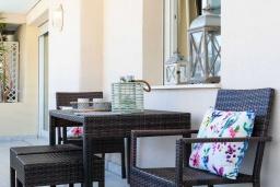 Терраса. Испания, Марбелья : Бесконечное лето находится в безопасном комплексе и предлагает множество маленьких предметов роскоши, которые сделают ваш отдых незабываемым.