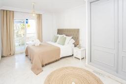 Спальня. Испания, Пуэрто Банус : Новый апартамент 90м2 с двумя спальнями и террасой рядом с пляжем.