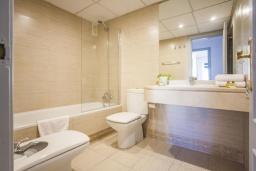 Ванная комната. Испания, Пуэрто Банус : Новый апартамент 90м2 с двумя спальнями и террасой рядом с пляжем.