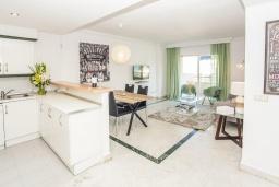 Гостиная / Столовая. Испания, Пуэрто Банус : Новый апартамент 90м2 с двумя спальнями и террасой рядом с пляжем.