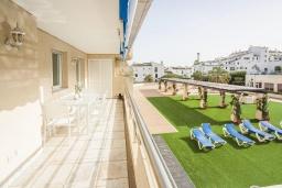 Балкон. Испания, Марбелья : Проснитесь на чудесный пляж и самый известный морской пейзаж в Испании, лежащий через улицу. Это идеальное уединение для друзей и семей.