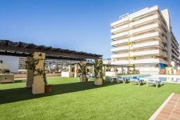 Вид на виллу/дом снаружи. Испания, Марбелья : Проснитесь на чудесный пляж и самый известный морской пейзаж в Испании, лежащий через улицу. Это идеальное уединение для друзей и семей.