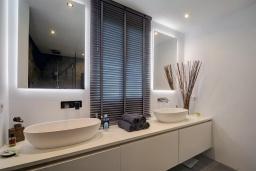 Ванная комната. Испания, Эстепона : Прекрасная семейная квартира в красивом закрытом комплексе, 3 спальни, 2 ванные комнаты,бассейн