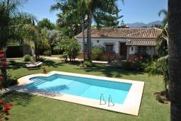 Вид на виллу/дом снаружи. Испания, Малага : Роскошная вилла с тремя спальнями, потрясающим частным садом и бассейном.