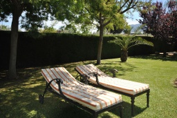 Зона отдыха у бассейна. Испания, Малага : Роскошная вилла с тремя спальнями, потрясающим частным садом и бассейном.