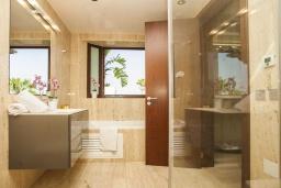 Ванная комната. Испания, Новая Андалусия : Превосходные апартаменты расположены в городе Марбелья. К услугам гостей открытый бассейн, общий лаундж и круглосуточная стойка регистрации.