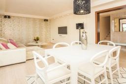 Обеденная зона. Испания, Новая Андалусия : Превосходные апартаменты расположены в городе Марбелья. К услугам гостей открытый бассейн, общий лаундж и круглосуточная стойка регистрации.