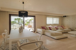 Гостиная / Столовая. Испания, Новая Андалусия : Превосходные апартаменты расположены в городе Марбелья. К услугам гостей открытый бассейн, общий лаундж и круглосуточная стойка регистрации.