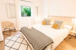 Спальня 2. Испания, Пуэрто Банус : Просторные апартаменты расположены в городе Марбелья. Идеально подходит для общественных собраний, семейных встреч, выездных встреч в гольф, корпоративных встреч.