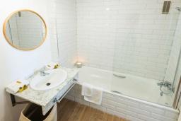 Ванная комната. Испания, Пуэрто Банус : Просторные апартаменты расположены в городе Марбелья. Идеально подходит для общественных собраний, семейных встреч, выездных встреч в гольф, корпоративных встреч.