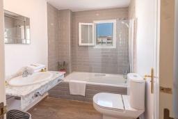 Ванная комната 2. Испания, Пуэрто Банус : Просторные апартаменты расположены в городе Марбелья. Идеально подходит для общественных собраний, семейных встреч, выездных встреч в гольф, корпоративных встреч.