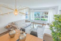 Гостиная / Столовая. Испания, Пуэрто Банус : Просторные апартаменты расположены в городе Марбелья. Идеально подходит для общественных собраний, семейных встреч, выездных встреч в гольф, корпоративных встреч.