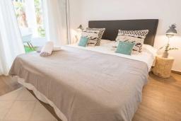Спальня. Испания, Пуэрто Банус : Просторные апартаменты расположены в городе Марбелья. Идеально подходит для общественных собраний, семейных встреч, выездных встреч в гольф, корпоративных встреч.