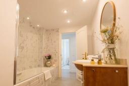 Ванная комната. Испания, Пуэрто Банус : Фантастические апартаменты расположены в городе Марбелья. К услугам гостей бесплатный Wi-Fi, открытый бассейн и уютный сад.