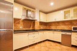 Кухня. Испания, Пуэрто Банус : Фантастические апартаменты расположены в городе Марбелья. К услугам гостей бесплатный Wi-Fi, открытый бассейн и уютный сад.