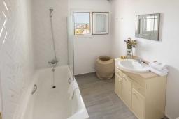 Ванная комната 2. Испания, Пуэрто Банус : Фантастические апартаменты расположены в городе Марбелья. К услугам гостей бесплатный Wi-Fi, открытый бассейн и уютный сад.