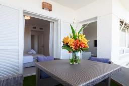 Терраса. Испания, Пуэрто Банус : Изумительные апартаменты расположены в городе Марбелья. К услугам гостей открытый бассейн, общий лаундж, сад и бесплатный Wi-Fi.