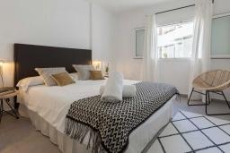 Спальня 2. Испания, Пуэрто Банус : Изумительные апартаменты расположены в городе Марбелья. К услугам гостей открытый бассейн, общий лаундж, сад и бесплатный Wi-Fi.