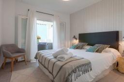 Спальня. Испания, Пуэрто Банус : Изумительные апартаменты расположены в городе Марбелья. К услугам гостей открытый бассейн, общий лаундж, сад и бесплатный Wi-Fi.