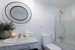 Ванная комната. Испания, Пуэрто Банус : Изумительные апартаменты расположены в городе Марбелья. К услугам гостей открытый бассейн, общий лаундж, сад и бесплатный Wi-Fi.