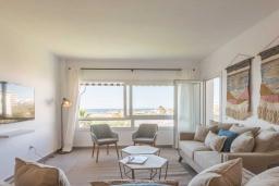 Гостиная / Столовая. Испания, Пуэрто Банус : Изумительные апартаменты расположены в городе Марбелья. К услугам гостей открытый бассейн, общий лаундж, сад и бесплатный Wi-Fi.