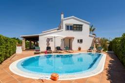 Вид на виллу/дом снаружи. Испания, Менорка : Уединенная вилла, расположенная в небольшом тупике с садами, с потрясающим видом на море, 4 спальни,3 ванные комнаты,частный бассейн