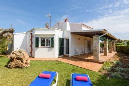 Терраса. Испания, Менорка : Уединенная вилла, расположенная в небольшом тупике с садами, с потрясающим видом на море, 4 спальни,3 ванные комнаты,частный бассейн