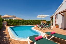 Бассейн. Испания, Менорка : Уединенная вилла, расположенная в небольшом тупике с садами, с потрясающим видом на море, 4 спальни,3 ванные комнаты,частный бассейн