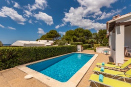 Бассейн. Испания, Менорка : Милая вилла предлагает вид на море с с террасы на крыше, 4 спальни,2 ванные комнаты, барбекю