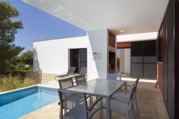Терраса. Испания, Менорка : Вилла расположена в районе для семейного отдыха. Фантастический бассейн, зона барбекю, крытая терраса, 3 спальни, приспособленный для людей с ограниченными возможностями