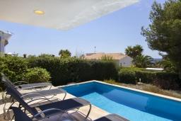 Бассейн. Испания, Менорка : Вилла расположена в районе для семейного отдыха. Фантастический бассейн, зона барбекю, крытая терраса, 3 спальни, приспособленный для людей с ограниченными возможностями