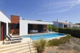 Вид на виллу/дом снаружи. Испания, Менорка : Вилла расположена в районе для семейного отдыха. Фантастический бассейн, зона барбекю, крытая терраса, 3 спальни, приспособленный для людей с ограниченными возможностями