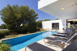 Зона отдыха у бассейна. Испания, Менорка : Вилла расположена в районе для семейного отдыха. Фантастический бассейн, зона барбекю, крытая терраса, 3 спальни, приспособленный для людей с ограниченными возможностями