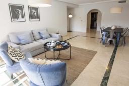 Гостиная / Столовая. Испания, Марбелья : Превосходные апартаменты с 3 светлыми спальнями, расположены в городе Марбелья. Из окон открывается замечательный вид на город.