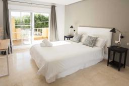 Спальня. Испания, Марбелья : Превосходные апартаменты с 3 светлыми спальнями, расположены в городе Марбелья. Из окон открывается замечательный вид на город.