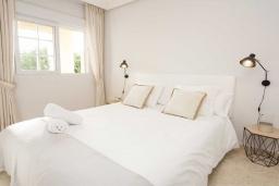 Спальня 2. Испания, Марбелья : Превосходные апартаменты с 3 светлыми спальнями, расположены в городе Марбелья. Из окон открывается замечательный вид на город.