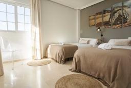 Спальня 3. Испания, Марбелья : Превосходные апартаменты с 3 светлыми спальнями, расположены в городе Марбелья. Из окон открывается замечательный вид на город.
