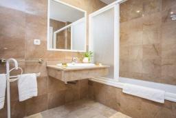 Ванная комната. Испания, Марбелья : Превосходные апартаменты с 3 светлыми спальнями, расположены в городе Марбелья. Из окон открывается замечательный вид на город.