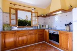 Кухня. Испания, Менорка : Прекрасная вилла в стиле коттеджа с WI-FI, кондиционером/отоплением в спальнях, 3 спальни, 2 ванные комнаты, расположена на тихой улице и окружена живой изгородью