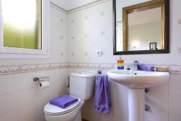 Ванная комната 2. Испания, Менорка : Прекрасная вилла в стиле коттеджа с WI-FI, кондиционером/отоплением в спальнях, 3 спальни, 2 ванные комнаты, расположена на тихой улице и окружена живой изгородью