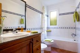 Ванная комната. Испания, Менорка : Прекрасная вилла в стиле коттеджа с WI-FI, кондиционером/отоплением в спальнях, 3 спальни, 2 ванные комнаты, расположена на тихой улице и окружена живой изгородью