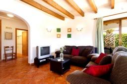 Гостиная / Столовая. Испания, Менорка : Прекрасная вилла в стиле коттеджа с WI-FI, кондиционером/отоплением в спальнях, 3 спальни, 2 ванные комнаты, расположена на тихой улице и окружена живой изгородью