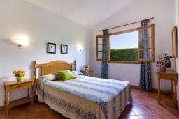 Спальня. Испания, Менорка : Прекрасная вилла в стиле коттеджа с WI-FI, кондиционером/отоплением в спальнях, 3 спальни, 2 ванные комнаты, расположена на тихой улице и окружена живой изгородью