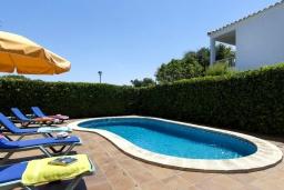 Бассейн. Испания, Менорка : Прекрасная вилла в стиле коттеджа с WI-FI, кондиционером/отоплением в спальнях, 3 спальни, 2 ванные комнаты, расположена на тихой улице и окружена живой изгородью