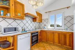 Кухня. Испания, Менорка : Прекрасная вилла с видом на море в тихом районе. 3 спальни, 2 ванные комнаты, частный бассейн, кондиционеры во всех спальнях,wi-fi